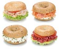 百吉卷的汇集与奶油奶酪、三文鱼和火腿的被隔绝的早餐 库存图片