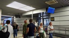 索契,俄罗斯- 6月6 2018年 人们在国际机场爱德乐离开大厅里  股票录像