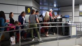 索契,俄罗斯- 6月6 2018年 人们在爱德乐机场通过波别达山航空公司的着陆 股票录像