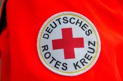 索斯特,德国- 2017年12月31日:德国红十字会补丁德语:Deutsches Rotes Kreuz 免版税库存图片