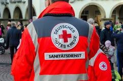 索斯特,德国- 2017年12月31日:在巡逻德语的德国红十字会卫生部队:Deutsches Rotes Kreuz,Sanitätsdienst 免版税图库摄影