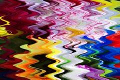 紫色,蓝色,绿色,黄色,红色和桃红色尘土落的色的粉末彩虹在黑背景的与文本的拷贝空间 免版税库存图片