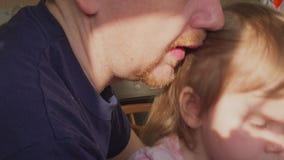 由匙子的父亲哺养的坐立不安的小女儿在厨房 影视素材