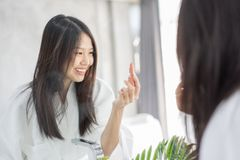 由唇膏的年轻亚洲女性构成秀丽 图库摄影