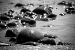由水的岩层 免版税库存图片