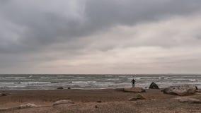 由海的孤立旅客 库存照片