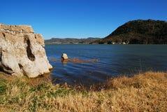 由湖,云南,瓷,在äº'å  — æ›² é  –,ä¸å›½的岩石小山 免版税库存照片