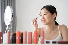 由眼眉刷子的年轻亚洲女性构成秀丽 库存照片