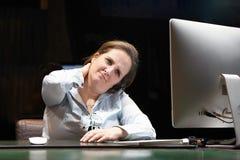 疲乏的脖子 令人讨厌的人一名妇女的从疲劳的 库存图片