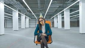 疲倦的办公室夫人在一把椅子坐在一个空的大厅里 股票视频