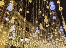 电灯泡在城市街道上发光在晚上 图库摄影