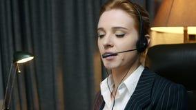 电话中心操作员回复电话并且与客户沟通 回到视图 影视素材