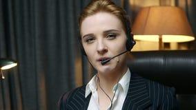 电话中心操作员回复电话并且与客户沟通 正面图 股票录像