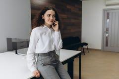 电话的女商人在办公室 库存照片