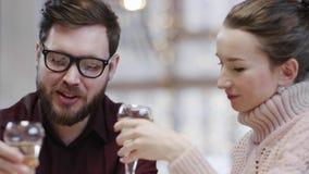 男人和妇女在餐馆时谈话,当拿着杯香槟 关闭玻璃射击 股票录像