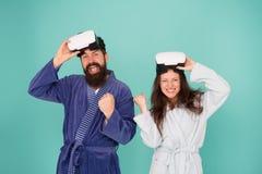 男人和妇女探索vr VR技术和未来 VR通信 令人激动的印象 唤醒从真正 库存照片