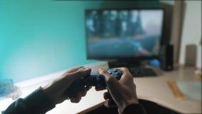 男孩在控制器控制杆gamepad演奏控制台计算机 演奏在电视的电子游戏控制台 新手的举行 影视素材