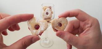 男孩和女孩举行心形的曲奇饼 库存照片