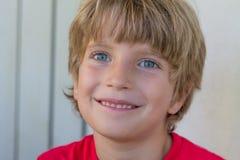 男孩纵向微笑 库存照片
