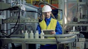 男性工程师检查塑胶容器的生产 影视素材