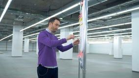 男性建筑师观察在塑料委员会的布局有微笑的 影视素材