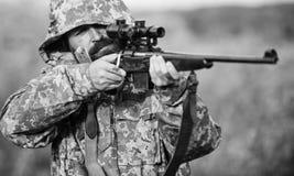 男性爱好活动 狩猎期 人狩猎自然环境 与步枪自然的人有胡子的猎人 免版税库存照片