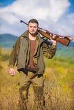 男性爱好活动 狩猎期 狩猎武器枪或步枪 人猎人运载步枪自然背景 库存图片