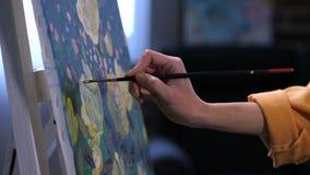 画家的手有投入最后的污迹的刷子的 股票录像