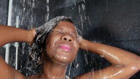 生活方式顶头射击年轻愉快和美好黑非裔美国人妇女微笑愉快在家采取阵雨卫生间 股票视频