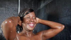 生活方式顶头射击年轻愉快和美好黑非裔美国人妇女微笑愉快在家采取阵雨卫生间 影视素材