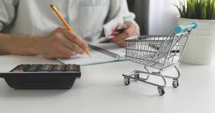 生活费概念-计算家庭每日费用的票据人 股票视频