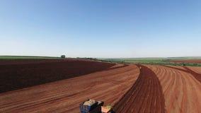 甘蔗空中录影-机械化的种植糖料作物藤茎领域在圣保罗巴西-空中移动式摄影车在拖拉机和卡车 影视素材