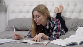 聪明的金发碧眼的女人写抽象 股票录像