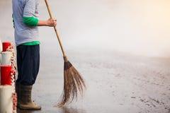 职员清洗的城市街道 库存照片