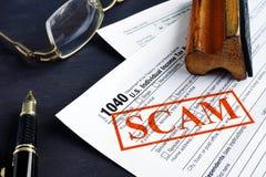 联邦税务局税诈欺 1040形式和红色邮票 库存照片