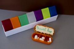 药片和胶囊的每日容器 库存照片