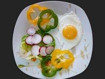 荷包蛋板材与菜的 免版税库存照片