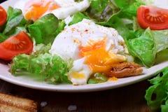 荷包蛋用液体卵黄质和蔬菜沙拉 免版税库存照片