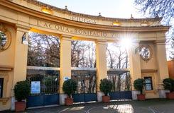 菲乌吉,意大利12月 29日2018年-温泉集中与太阳光的波尼斯奥VIII入口 免版税库存照片