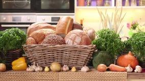 菜和其他产品在厨房里 股票录像