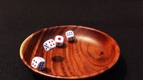 落在黑背景的一个木碗的模子特写镜头  股票录像