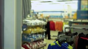 衣裳的部门在超级市场 股票视频