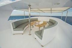 表和椅子在豪华马达的sundeck乘快艇 免版税图库摄影