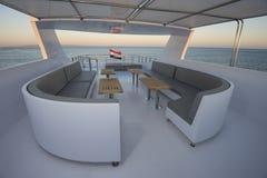 表和椅子在豪华马达的sundeck乘快艇 免版税库存图片