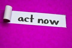 行动现在文本,启发、刺激和企业概念在紫色被撕毁的纸 免版税库存照片