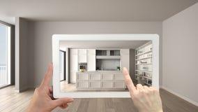 被增添的现实概念 手有AR应用的藏品片剂曾经模仿在空的家具和设计产品 免版税库存图片