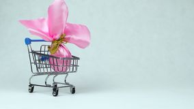 被包裹的复活节彩蛋作为礼物星期天被放入玩具手推车在Pascha或基督徒宴餐复活时 股票录像