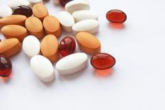 被分类的五颜六色的配药医学药片、片剂和胶囊在白色背景 免版税图库摄影