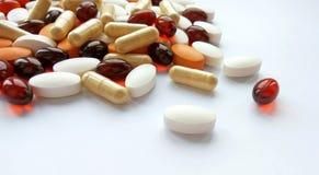 被分类的五颜六色的配药医学药片、片剂和胶囊在白色背景 免版税库存图片