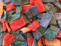 被涂上的顶视图背景五颜六色的果子卷糖果糖 免版税库存照片